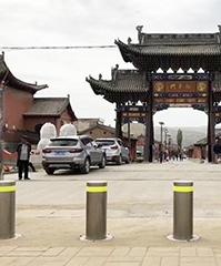 升降柱安装在景区的出入口,在保障安全的同时美化场景
